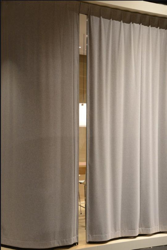 cómo funciona una cortina acústica
