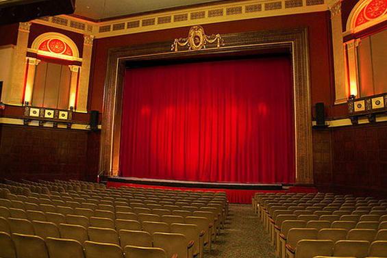 confección de telones para teatros con sistema vertical de apertura